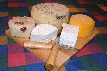 תשעה טיפים להגשת פלטת גבינות