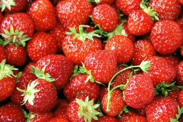 סלט תותים, אספרגוס ועלים ירוקים