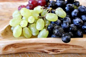 סלט רוקט, ענבים וגבינת פקורינו