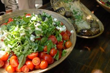 סלט עגבניות שרי וגבינת עיזים ג'בנה